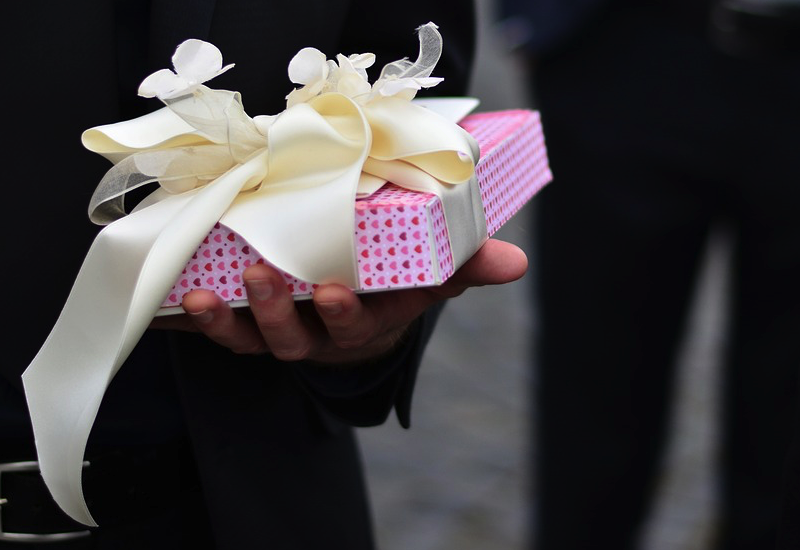 How Much Spend Wedding Gift: Wedding Party Gifts: Spend This Much